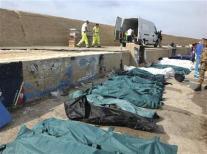 Al menos 82 personas murieron el jueves y decenas más están desaparecidas al hundirse una embarcación con inmigrantes africanos en la costa de la isla siciliana de Lampedusa, informaron las autoridades y los servicios de rescate. En la imagen, varios cadáveres tapados en el puerto de Lampedusa el 3 de octubre de 2013. REUTERS/Nino Randazzo/ASP press office/Handout via Reuters
