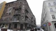 De un lado y de otro de la calle, un edificio del gueto de Varsovia, frente a otro más moderno de la ciudad. (AP)