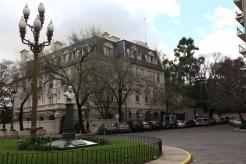 La rotonda Plaza Gelly y Obes, con su refinada farola. Foto: LA NACION / Ezequiel Muñoz
