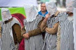 Exiliados iraníes de la Oposición Nacional iraní en Alemania, con la cabeza cubierta, se manifiestan contra violaciónes de derechos humanos en Irán, en particular contra las ejecuciones, frente a la Embajada de EE.UU. en Berlín el sábado. ( Maurizio Gambarini / EPA / octubre 26 , 2013 )
