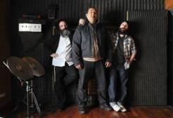"""Atzmus, banda que tiene dos integrantes de una comunidad judía ortodoxa. Tienen un pasado de """"pecadores"""".   Cedoc"""