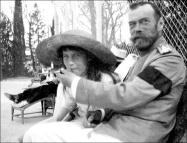El Zar Nicolas II enseña a fumar a su hija Anastasia.