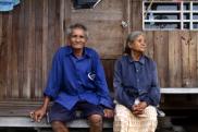 Noi Jaitang junto a su esposa en la casa que tienen en el corazón del complejo industrial de Map Ta Phut./ Biel Calderón