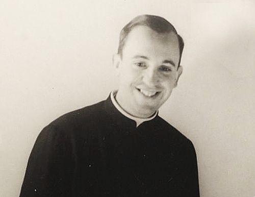 El Padre Jorge Mario Bergoglio cuando era un joven sacerdote jesuita (Foto Compañía de Jesús Argentina)