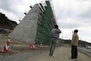 El gigantesco muro que construye Japón para detener tsunamis -