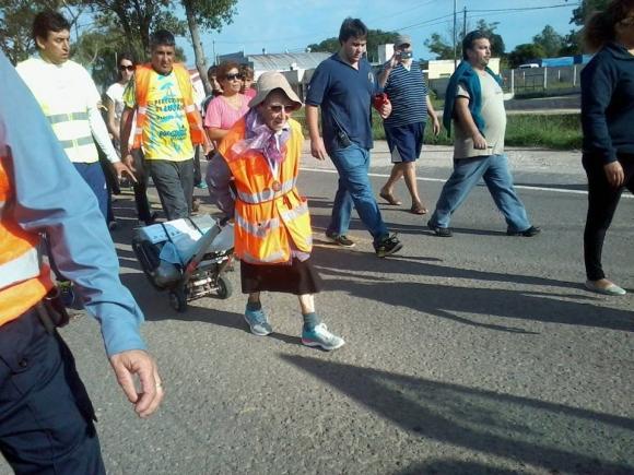 """Emma """"La abuela peregrina"""": Con 91 años camina desde Tucumán hasta e Lujan, pidiendo por los jóvenes y la paz en el Mundo."""