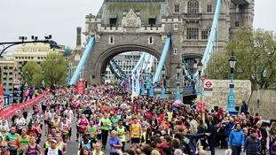 Miles de personas participan en la más grande jamás Maratón de Londres –