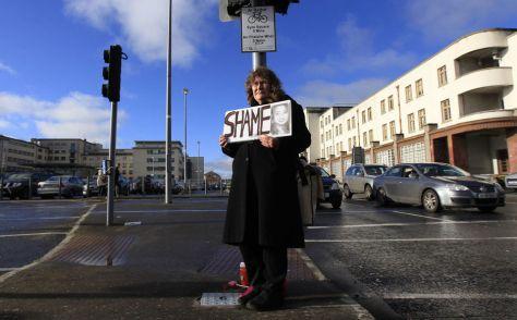 Una mujer protesta en Galway después de la muerte de Savita Halappanavar, una mujer de la India a quien se le denegó un aborto en un hospital público, en noviembre de 2012. (Reuters)
