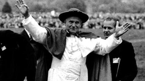 Juan Pablo II, aclamado en Cracovia, en su primer viaje a Polonia, en 1979