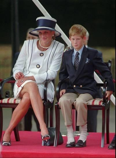 Foto tomada en agosto de 1995, Lady Di y su hijo Harry, en Londres. / AP