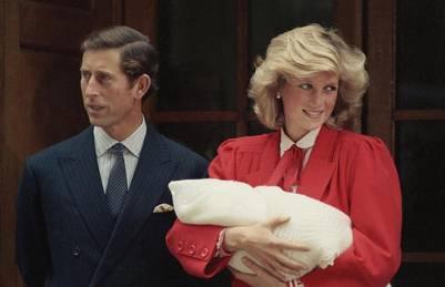 Lady Di deja el hospital tras el nacimiento de su segundo hijo, Harry. / AP