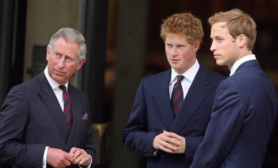 El príncipe Carlos y sus hijos Harry y William durante una misa en honor a su madre en 2007. / Archivo