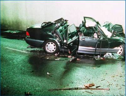 El auto en el que viajaba Diana, tras el fatal accidente en un túnel de París. / EFE