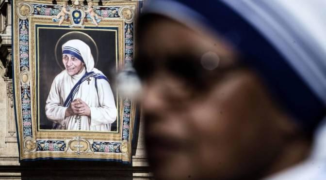 Más de 100.000 peregrinos asisten a la canonización de Teresa de Calcuta.