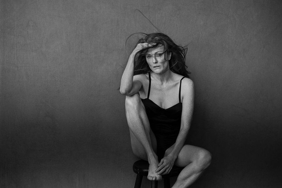 Hace 20 años que Peter Lindbergh firmó su primer calendario Pirelli. Luego repitió la experiencia en 2002 y en 2014 hizo la fotografía para conmemorar los 50 años del alamaque. En la que se ha convertido en su tercera vez al frente del proyecto, el único fotógrafo que lo ha conseguido, ha decidido contar con algunas de sus más reconicidas amigas. En la imagen, la actriz Julianne Moore.