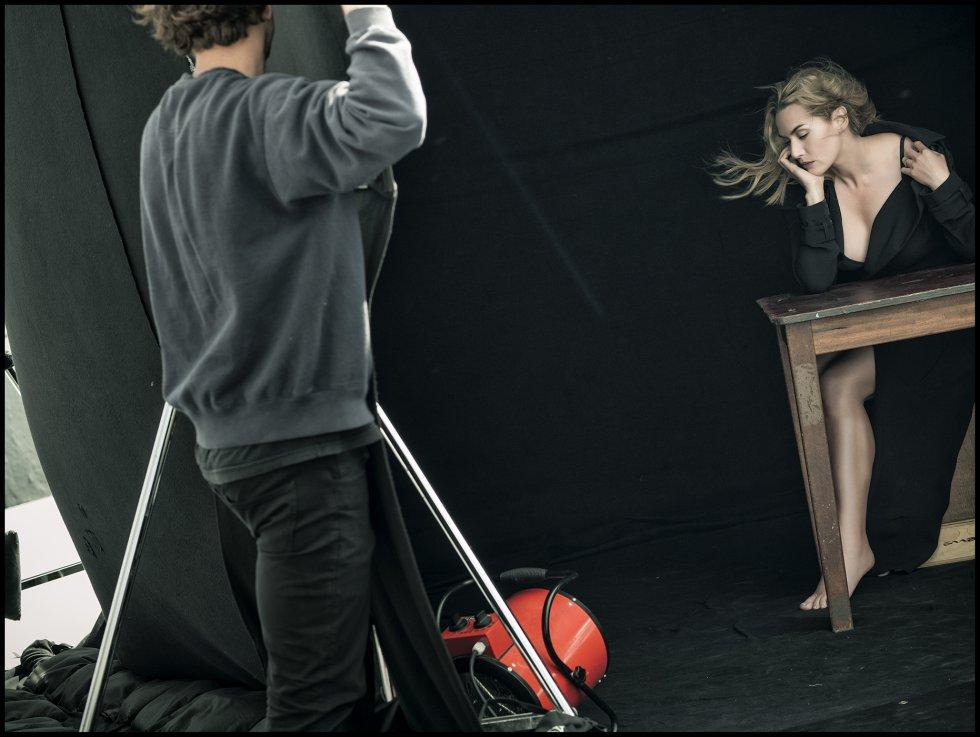 La actriz Kate Winslet, en una de las imágenes del 'making of' del Calendario Pirelli. Las sesiones de fotos de las 15 protagonistas deo The Cal se llevaron a cabo entre mayo y junio de este año en cinco lugares diferentes, Berlín, Los Ángeles, Nueva York, Londres y la playa francesa de Le Touquet.