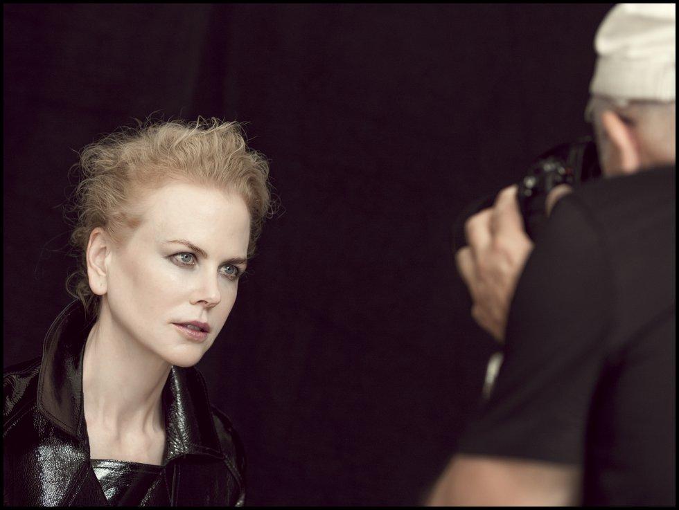 Nicole Kidman y  Peter Lindbergh en un momento de la sesión de fotos. A la actriz y al fotógrafo les une una larga amistad desde hace más de 10 años, desde la primera vez en que trabajaron juntos en una sesión de fotos de Nueva York. Hoy el alemán ha retratado incluso a sus hijas, como recordó Kidman este lunes en su encuentro con la prensa en París.
