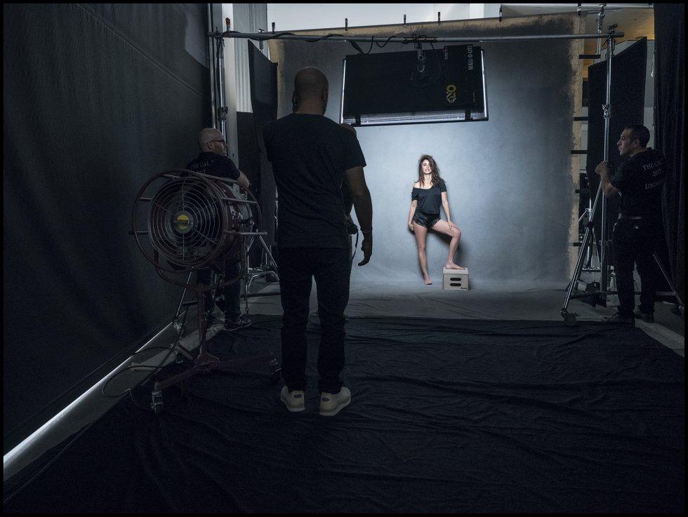 Han tenido que pasar 10 años para que Penélope Cruz vuelva a aparecer en uno de los calendarios más famosos. En 2007, la intérprete española se unió a otras actrices en el calendario Pirelli firmado por Inez y Vinoodh. En la imagen, Cruz en una foto del 'making of' de este año.