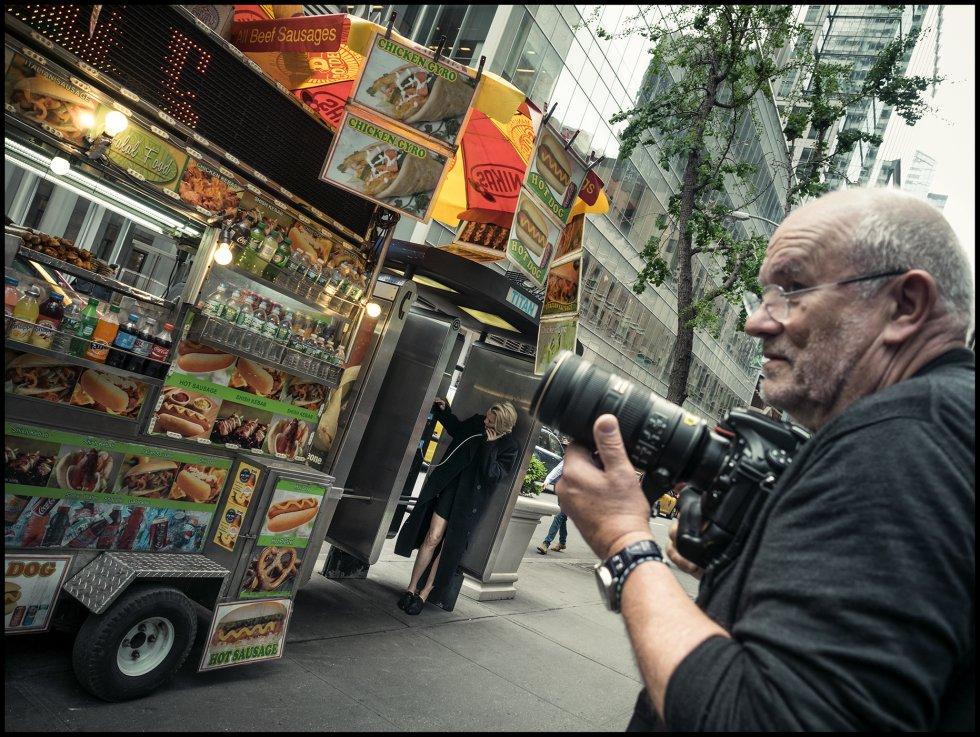 La actriz Robin Wright y Peter Lindbergh, durante su sesión de fotos por las calles de Nueva York.
