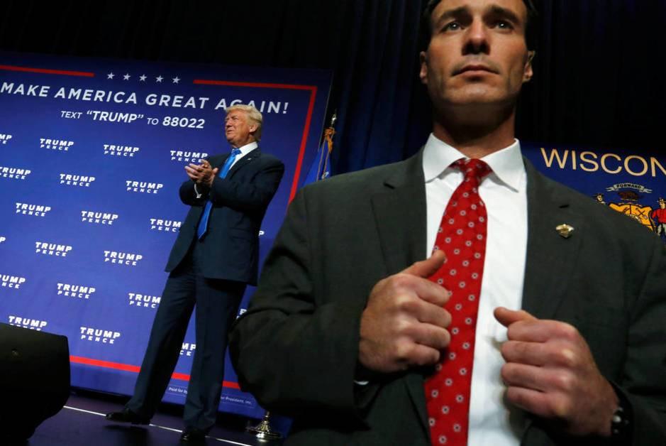 Un agente del Servicio Secreto protege a Donald Trump durante un evento de campaña en Green Bay, Wisconsin, en octubre de 2016 (Reuters)