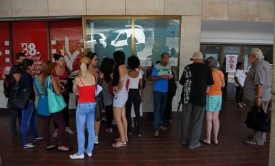 Cubanos esperan para ingresar a una de las salas donde se proyectan las películas del certamen. Foto: AFP/GESTIÓN Yamil