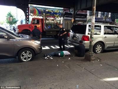 Al suelo. Desmayado, entre dos autos, una persona que consumió la sustancia. daily mail