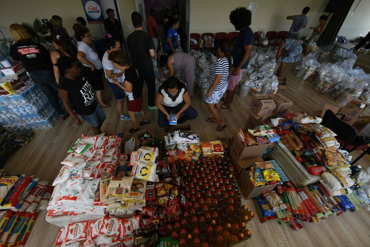 """Río de Janeiro: """"orgía"""" de corrupción, empleados que pasan hambre y saqueadores en las playas"""