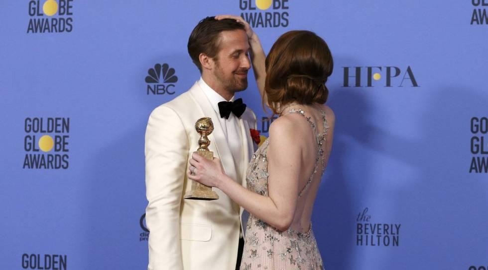 Ryan Gosling y Emma Stone posan con sus Globos de Oro.