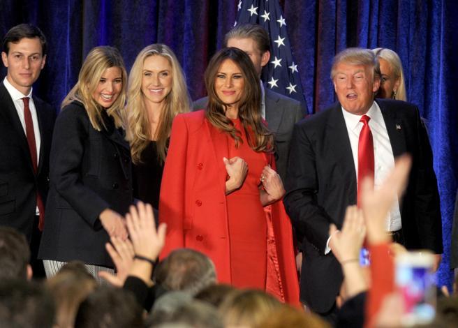 Melania Trump con un vestido y un abrigo a juego en color rojo