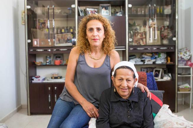 Sarah Jacob, que emigró a israel desde Yemen, junto a su nieta (Foto cortesía de Amram).