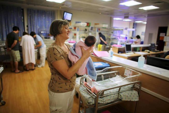 Una enfermera sostiene a un bebé en el Hadassah Ein Kerem Medical Center, en Jerusalén (Reuters).