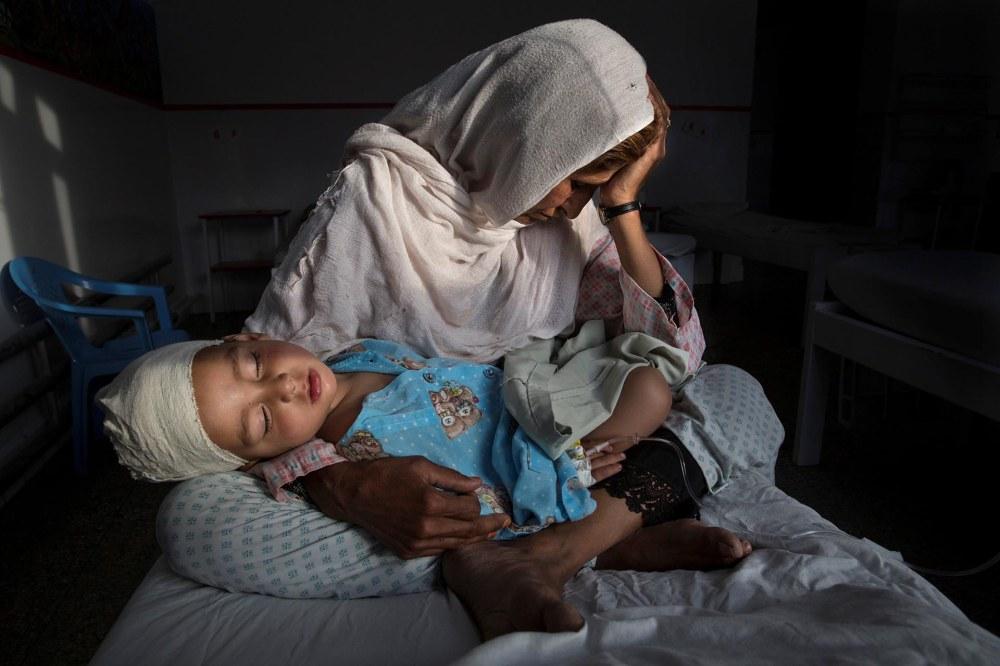 Vida Cotidiana, primer premio. En el hospital, Najiba carga a su sobrino de dos años, Shabir, herido por una bomba. Paula Bronstein, para Time Lightbox / Pulitzer Center For Crisis Reporting