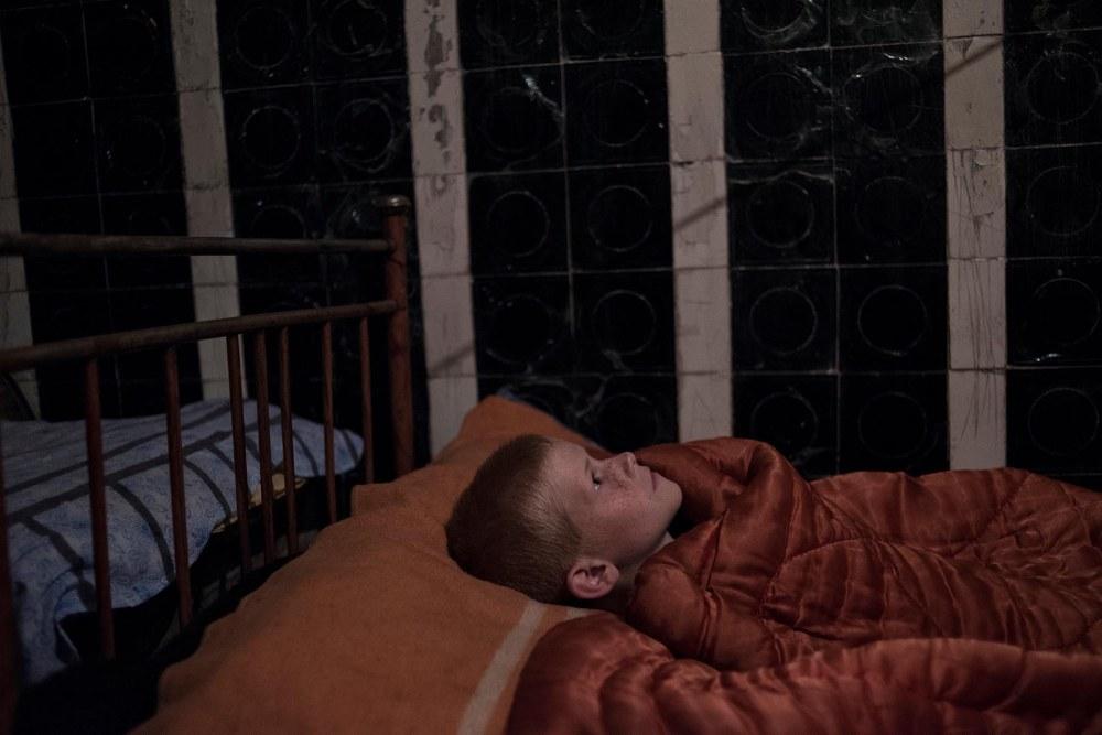 Proyectos a Largo Plazo, primer premio. Un niño duerme en el sótano de una escuela destruida. Valery Melnikov, Rossiya Segodnya