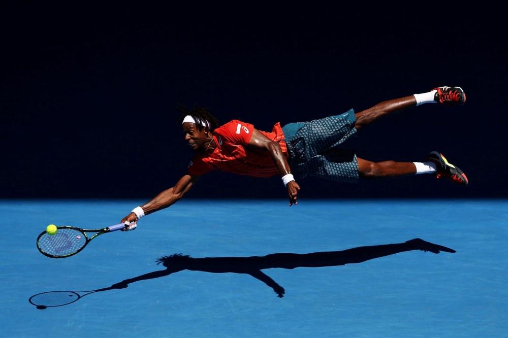 Gael Monfils, de Francia, se lanza para alcanzar una bola en el Abierto de Australia. Cameron Spencer, Getty Images