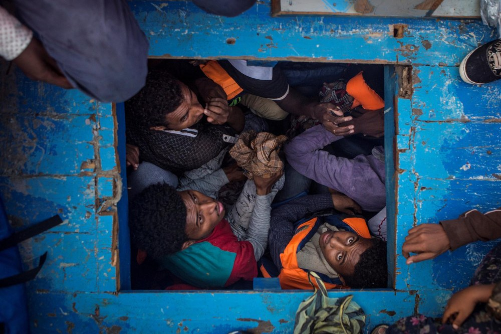 Spot News, tercer premio. Migrantes eritreos amontonados en el hueco de un bote de madera que transportaba 540 hombres, mujeres y niños.Mathieu Willcocks/MOAS.eu