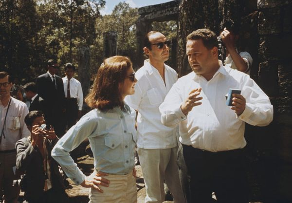 Jacqueline Kennedy en un viaje con David Ormsby Gore (el hombre con gafas oscuras) in 1967. Se acaba de conocer la correspondencia entre ellos. (Rolls Press/Popperfoto, via Getty Images)