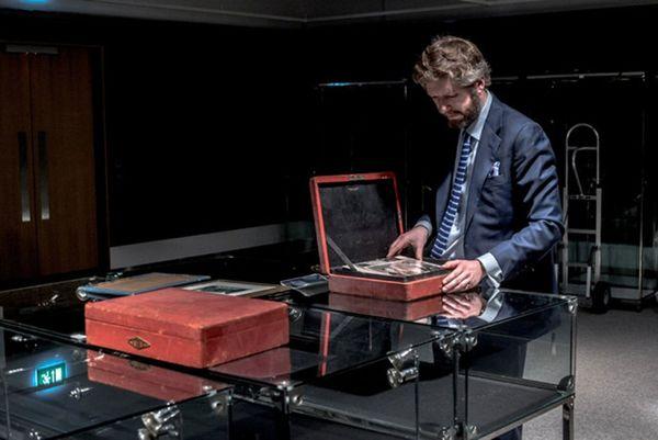 Matthew Haley, de Bonhams, examina las cajas con las cartas que serán subastadas en marzo. (Andrew Testa / The New York Times)