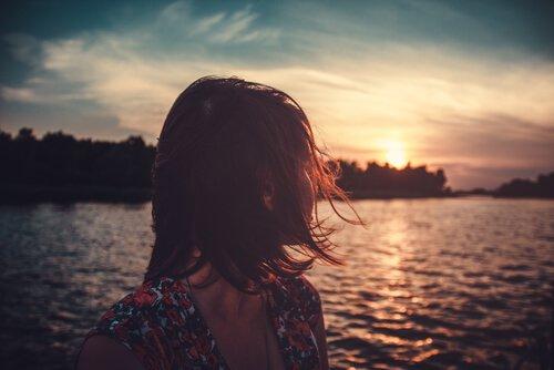 Mujer mirando la puesta de sol