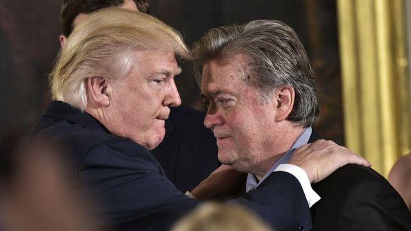 Donald Trump y el estratega jefe de la Casa Blanca, Stephen Bannon (AFP)