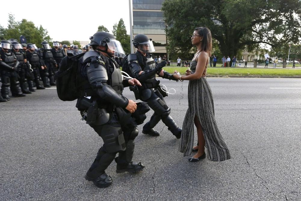 Asuntos Contemporáneos, primer premio. La activista Ieshia Evans fue fotografiada de pie, desafiante, frente a una línea de agentes de policía de Baton Rouge, Louisiana, antes de ser arrestada. REUTERS/Jonathan Bachman TPX IMAGES OF THE DAY