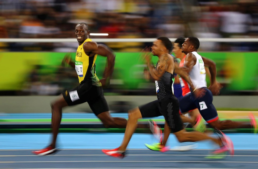Usain Bolt, deJamaica, sonríe mientras mira hacia atrás en la semifinal de los 100 metros en los Juegos Olímpicos de Río de Janeiro. Kai Pfaffenbach, REUTERS