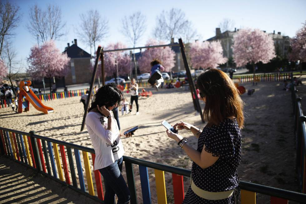 El uso de móvil y tabletas con niños es uno de los temas principales de las noticias falsas sobre educación.