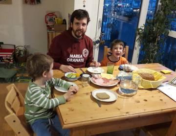 Torija con sus dos hijos en su casa en Viena.