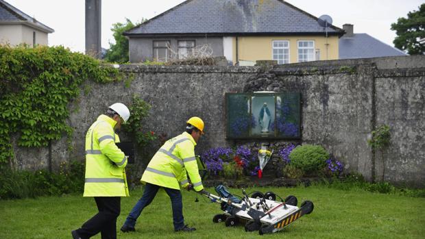 Un ingeniero usa un georradar en el lugar donde se encuentran enterrados hasta 800 niños en una fosa sin identificar en lo que antiguamente era un convento católico en Tuam, en el condado irlandés de Galway (oeste de Irlanda)