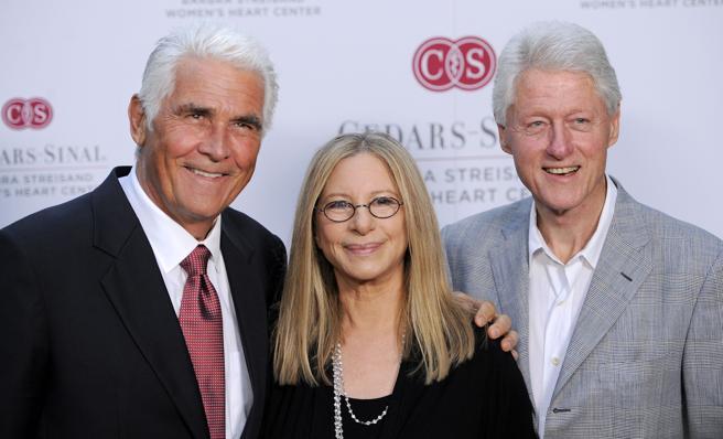 Barbra Streisand al lado de su segundo marido, James Brolin, y Bill Clinton en una fotografía de junio de 2012