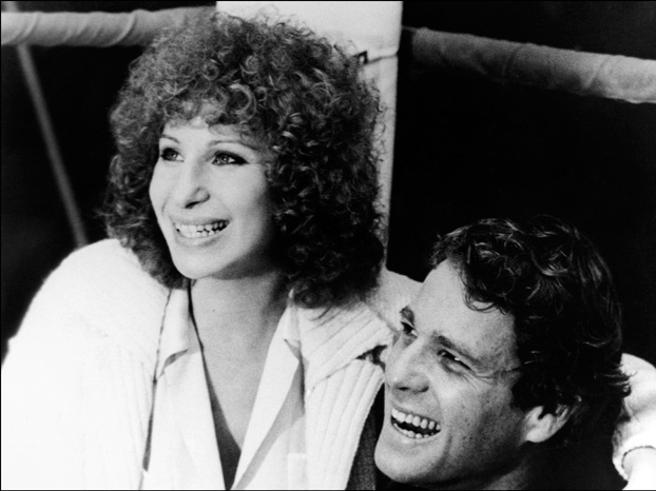 Barbra Streisand junto a Ryan O'Neal en 1979
