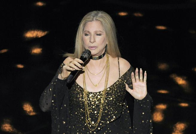 Barbra Streisand durante una actuación en la gala de los Oscar de 2013