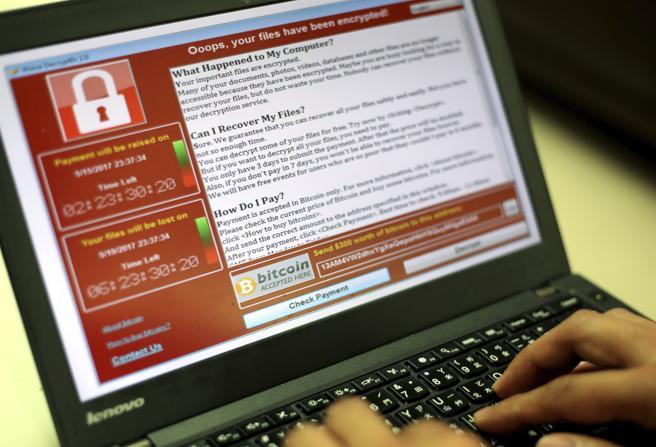 Un programador muestra la captura de pantalla en la que se pide un rescate en bitcoins por los documentos encriptados en Taipei (Taiwán)