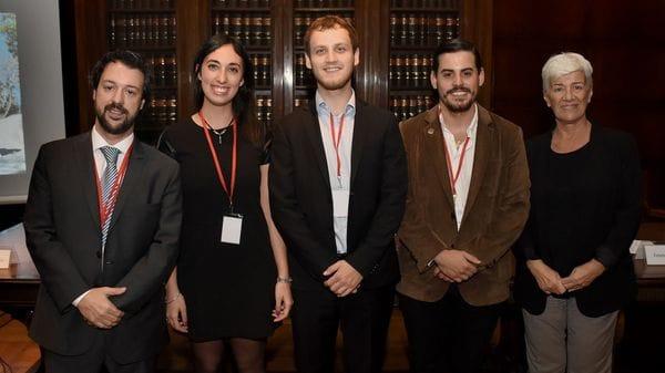 El profesor Emiliano Buis y la decana Mónica Pinto rodean a los campeones: Jimena Posleman, Alan Feler y Juan Francisco Padín (Nicolás Stulberg)