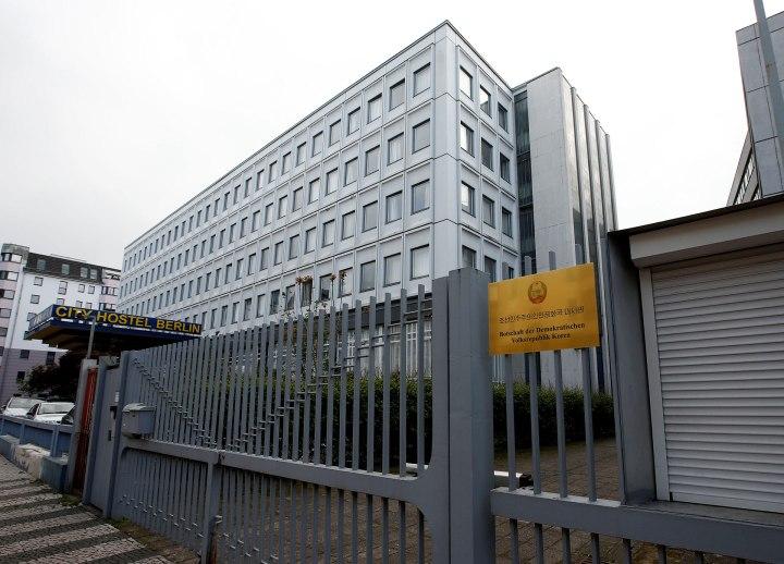 El ingreso a la embajada de Corea del Norte en Berlín (Reuters)